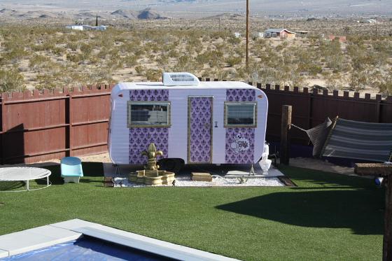 HTP Fifi01 - Hicksville Trailer Palace, Kalifornien: Nostalgie Wohnwagen - Schlafen in der Mojave Wüste