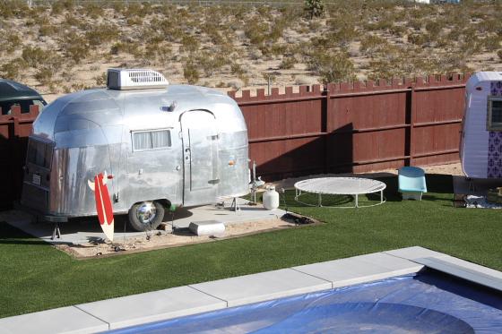HTP Integratrailor01 - Hicksville Trailer Palace, Kalifornien: Nostalgie Wohnwagen - Schlafen in der Mojave Wüste