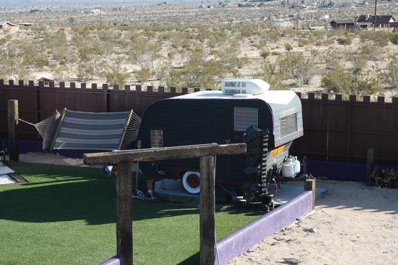 HTP Lux01 - Hicksville Trailer Palace, Kalifornien: Nostalgie Wohnwagen - Schlafen in der Mojave Wüste