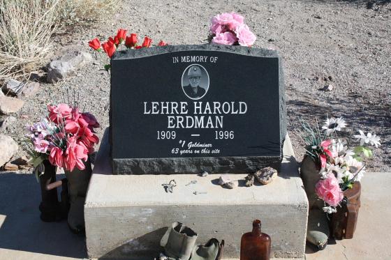 """Quartzsitetour03JAN07 - Quartzsite, Arizona: Blühende Kloschüsseln in der Wüste - """"Erdman's Place"""""""