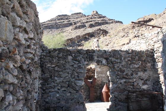 """Quartzsitetour03JAN09 - Quartzsite, Arizona: Blühende Kloschüsseln in der Wüste - """"Erdman's Place"""""""