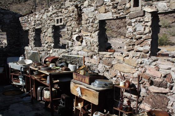 """Quartzsitetour03JAN12 - Quartzsite, Arizona: Blühende Kloschüsseln in der Wüste - """"Erdman's Place"""""""
