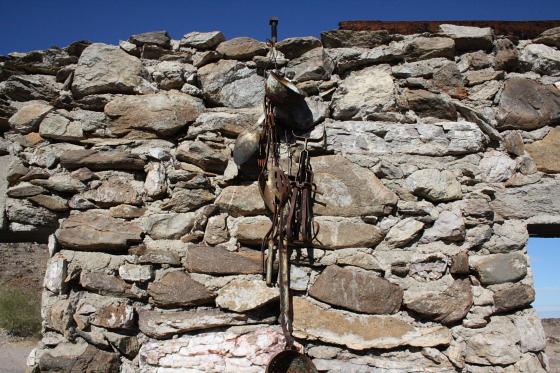 """Quartzsitetour03JAN15 - Quartzsite, Arizona: Blühende Kloschüsseln in der Wüste - """"Erdman's Place"""""""