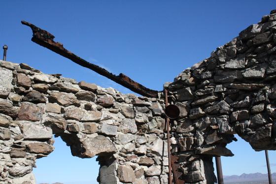 """Quartzsitetour03JAN16 - Quartzsite, Arizona: Blühende Kloschüsseln in der Wüste - """"Erdman's Place"""""""