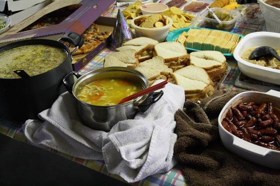 potluck02 - Silvester in Quartzsite, Arizona: Potluck Dinner im Scenic Road RV Park