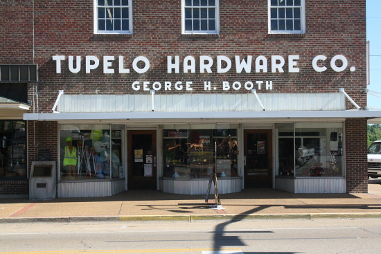 MSBluesTrail TupeloHardware01 - Tupelo Hardware, Mississippi: Hier bekam Elvis Presley seine erste Gitarre