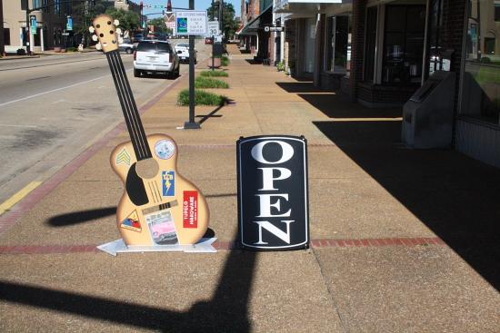 MSBluesTrail TupeloHardware02 - Tupelo Hardware, Mississippi: Hier bekam Elvis Presley seine erste Gitarre