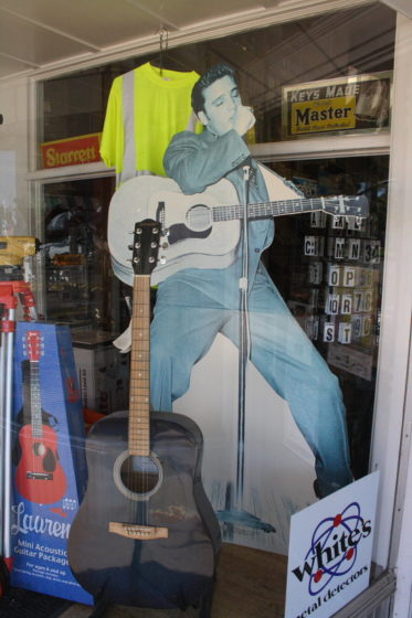 MSBluesTrail TupeloHardware03 373x560 - Tupelo Hardware, Mississippi: Hier bekam Elvis Presley seine erste Gitarre