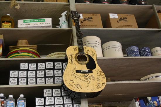 MSBluesTrail TupeloHardware05 - Tupelo Hardware, Mississippi: Hier bekam Elvis Presley seine erste Gitarre