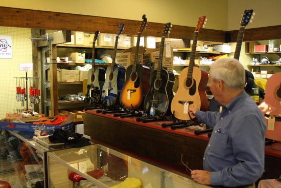 MSBluesTrail TupeloHardware09 - Elvis Presley: Akustik-Gitarre wird versteigert