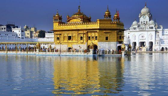 amritsar golden temple 640 560x322 - Indien: Der Goldene Tempel von Amritsar - Zum Essen kommen Hunderttausend