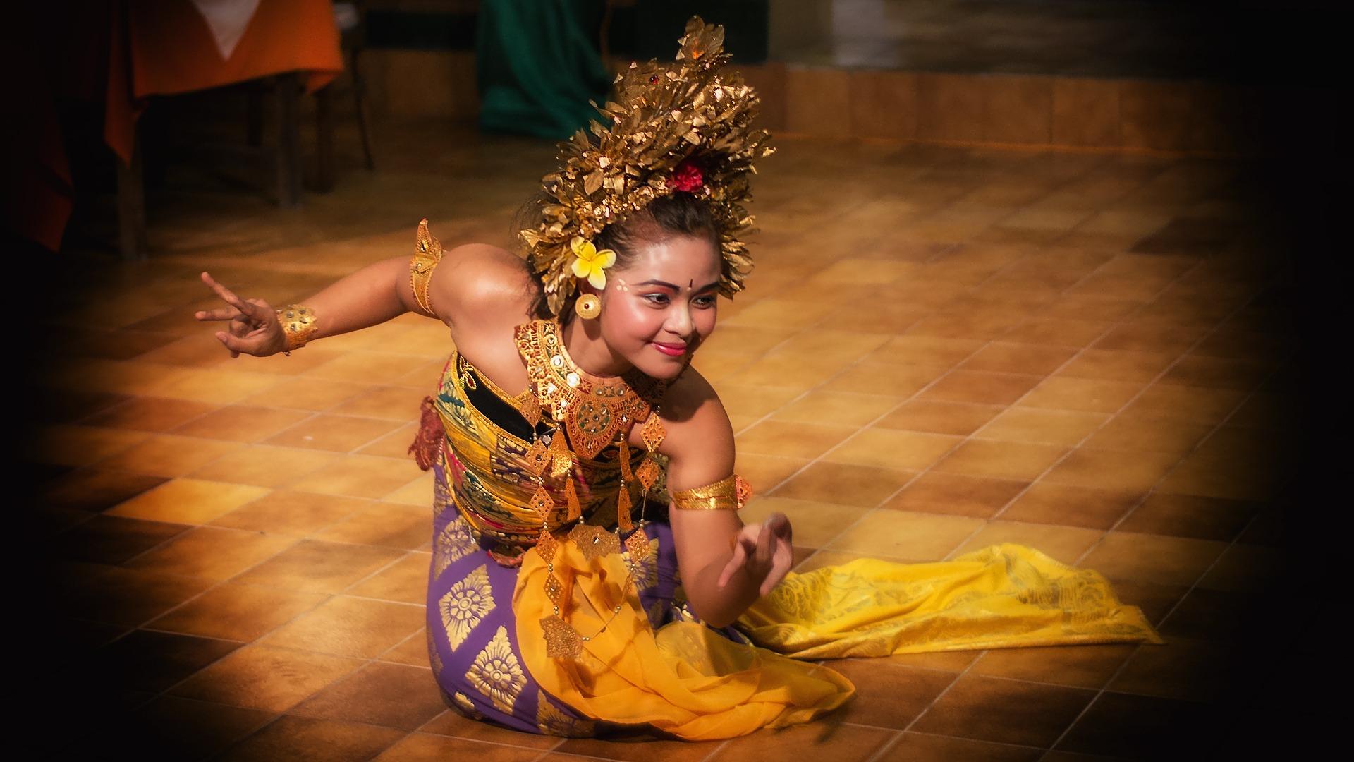 bali frau legong - Bali: Island of many dances