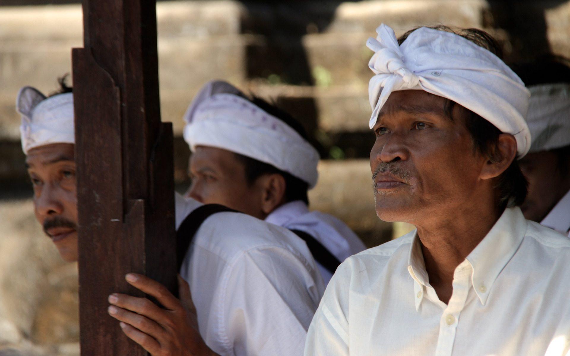 bali old priest 1920x1200 - Indonesien: Hinduismus auf Bali - das Kastenwesen