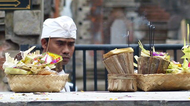bali religion offering - Tourismus auf Bali nach Corona: Backpacker nicht mehr willkommen