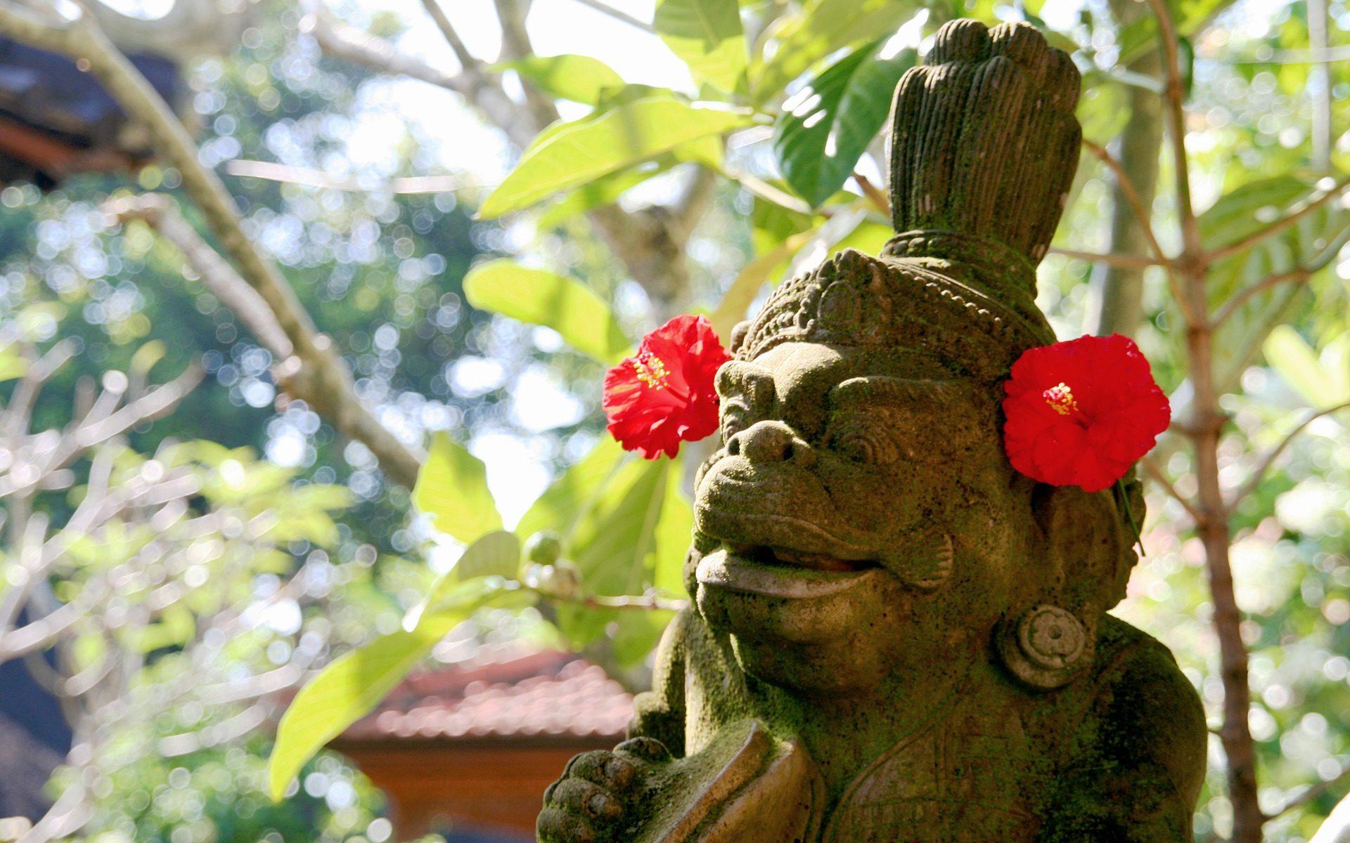 bali ubud statue 1920x1200 - Bali: Die Affen-Diebesbande vom Uluwatu Temple