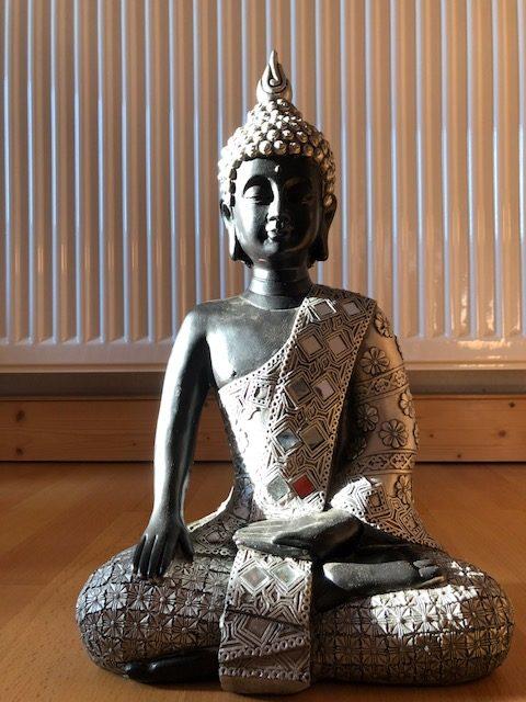 """buddha01 e1539201715688 - Projekt """"Freiraum"""" am Hochrhein: Der Raum der """"Stille und Erinnerung"""" - Ein Buddha in schwarz/silber"""