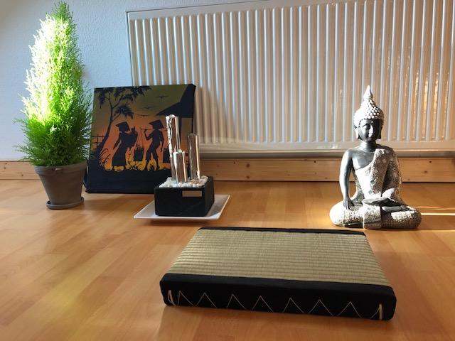 """buddha02 - Projekt """"Freiraum"""" am Hochrhein: Der Raum der """"Stille und Erinnerung"""" - Ein Buddha in schwarz/silber"""