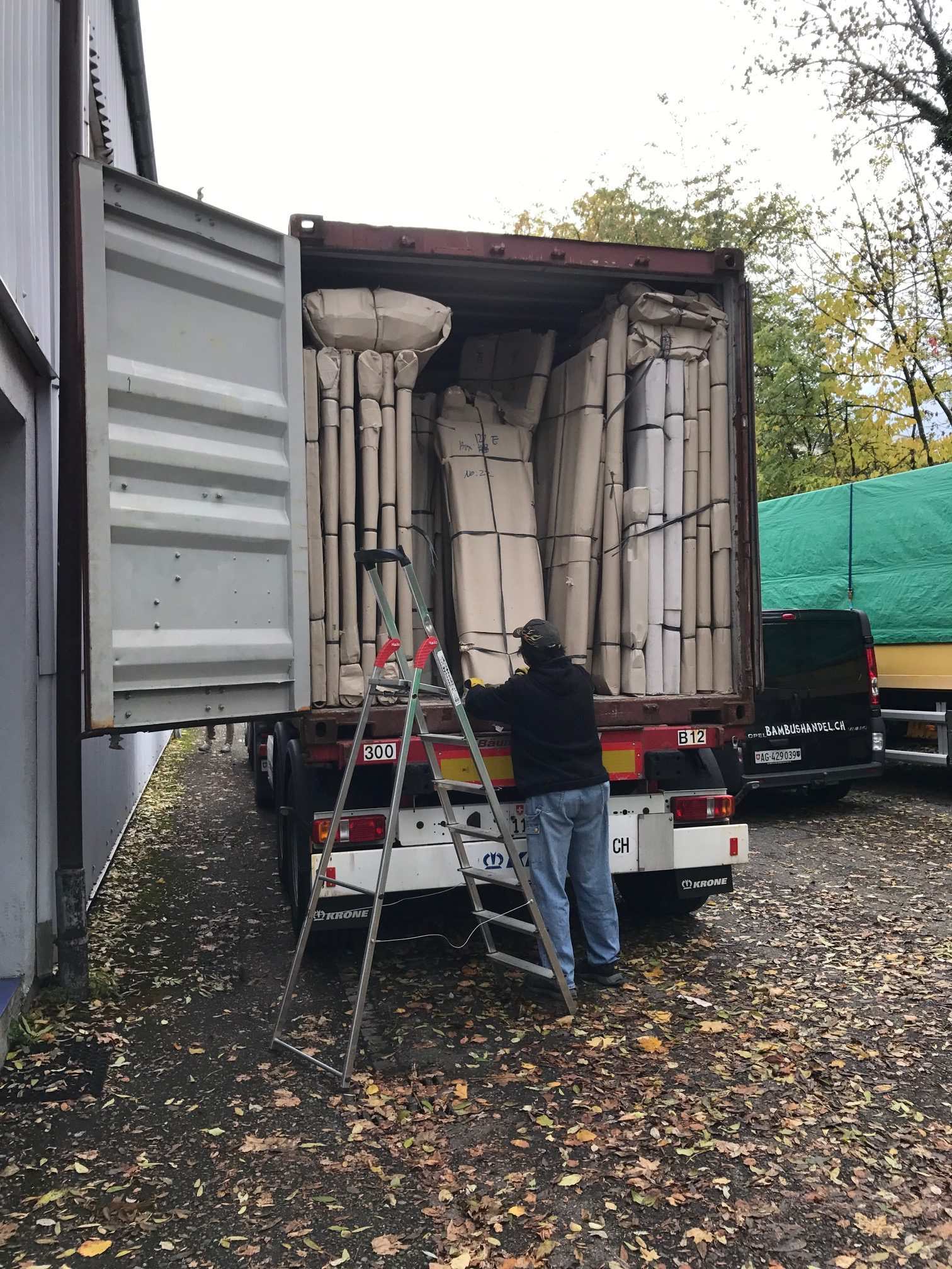 """container1 1 e1541017869304 - Projekt """"Freiraum"""" am Hochrhein: Unser Kleiderschrank aus Bali ist angekommen"""