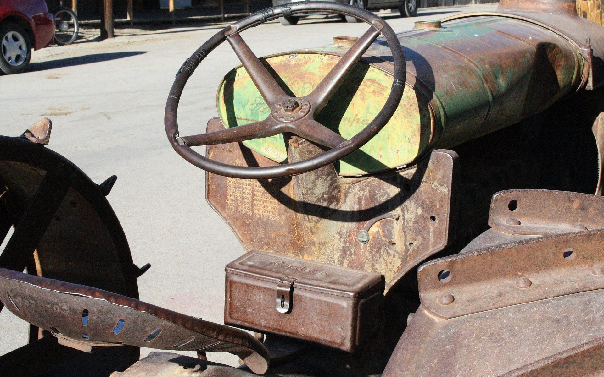 "oatman az old traktor 1920x1200 - Oatman, Arizona: Burro-Town on Historic Route 66 - die ""Motherroad"""