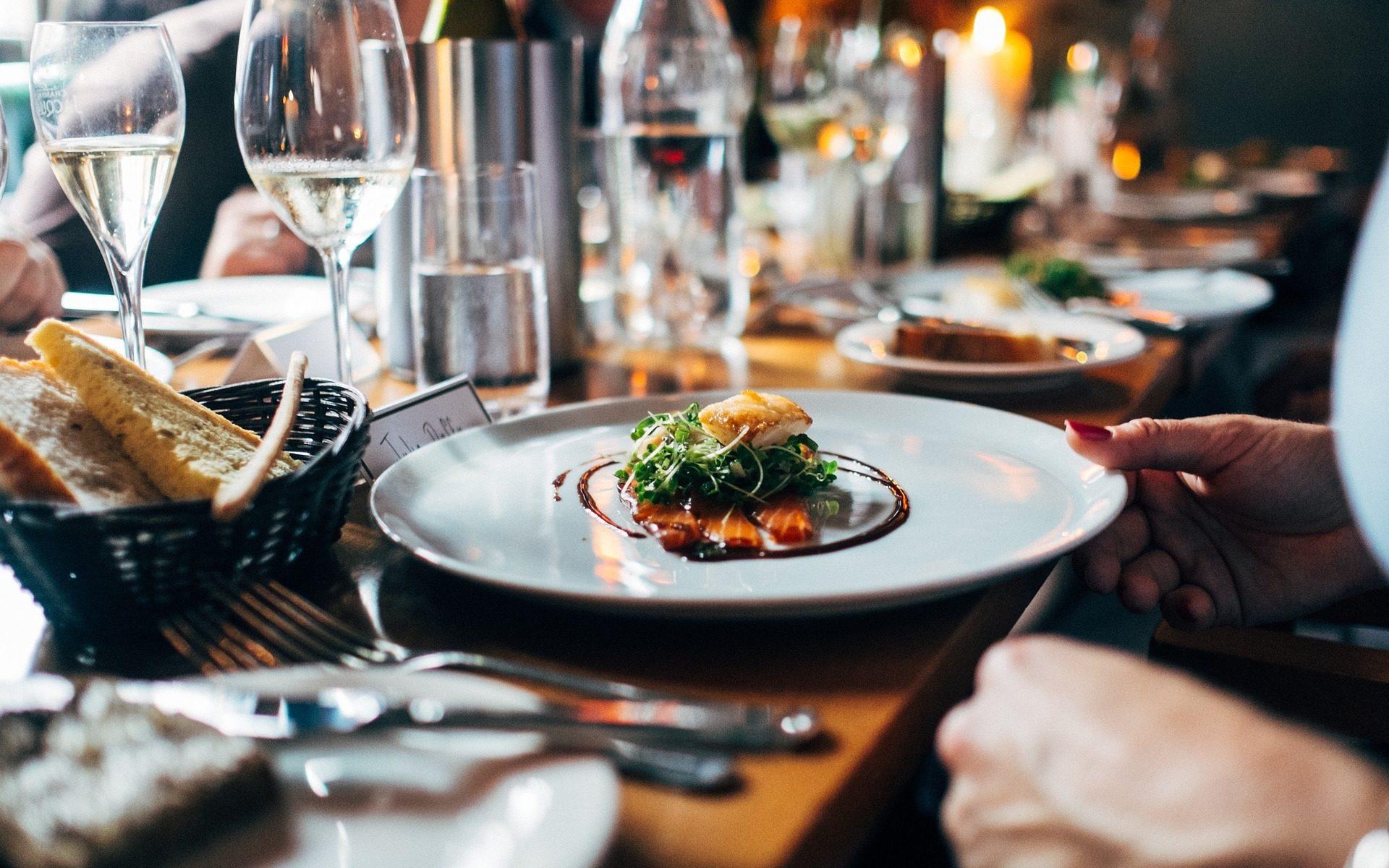 restaurant dinner salmon 1920x1200 - Eat in Mecklenburg-Vorpommern: Einige Restaurant-Tipps vom Berliner Tagesspiegel